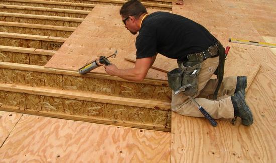 Чем выровнять деревянный пол